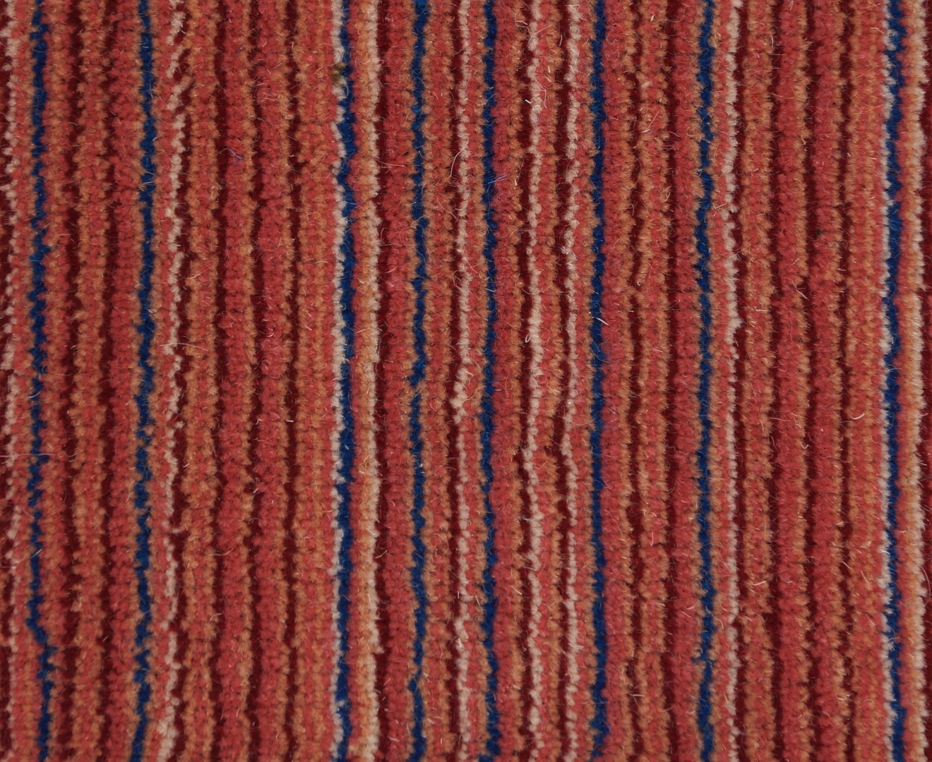 Moquette tiss e 100 laine unie structur e ray e milres rouge collection textile for Moquette rayee